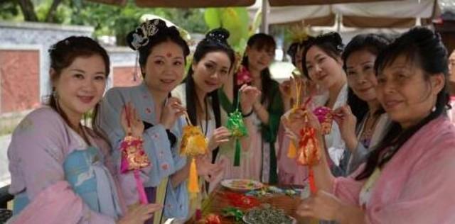 会玩!四川乐山民众穿汉服包粽子过端午