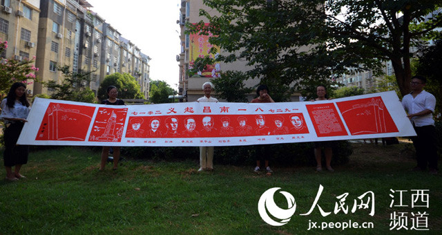 南昌八旬老人创作大型剪纸献礼建军节
