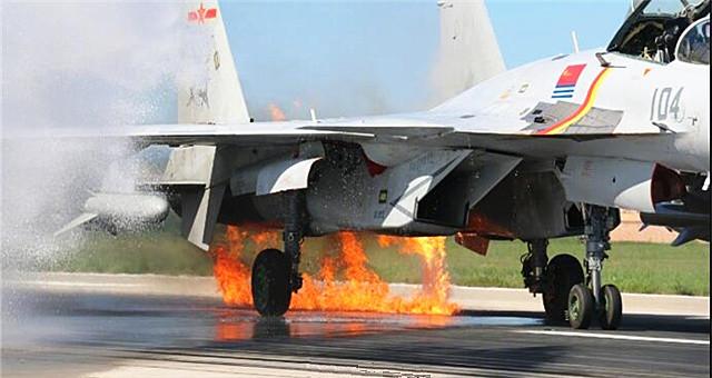 歼15起飞撞鸟群引擎起火 最终成功着陆