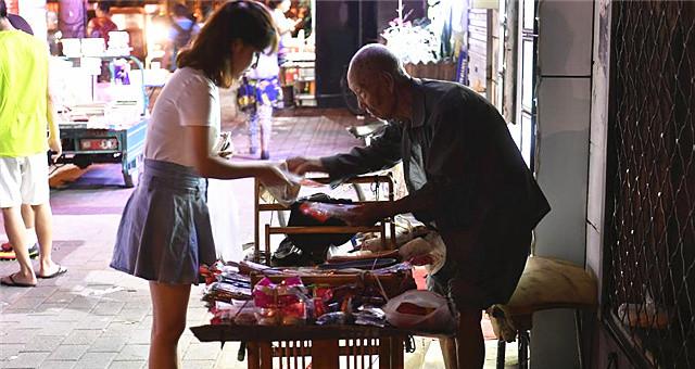 107岁老人卖鞋垫 好心市民买完再悄悄放回