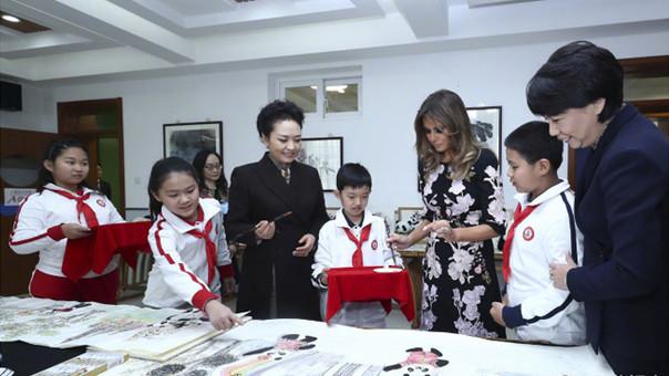 彭丽媛梅拉尼娅参观北京市板厂小学