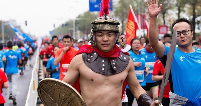 南昌马拉松开跑 20000名跑友造型各异场面壮观