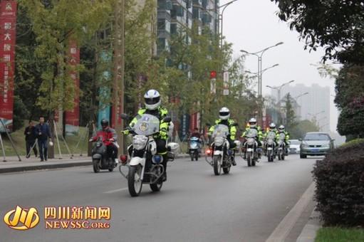 """自贡市首支""""铁骑队""""亮相沿滩街头"""