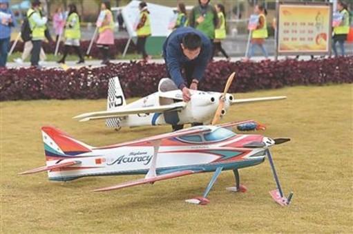 全国航模公开赛在南京开赛 近百名爱好者参赛