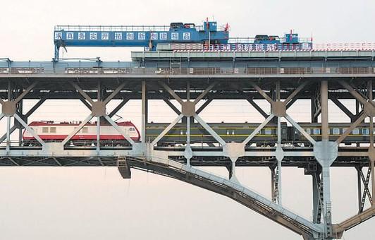 南京长江大桥桥面钢板已铺设近400米