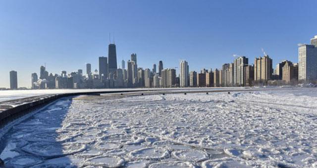 美国密歇根湖寒流过后湖面形成大片饼状冰