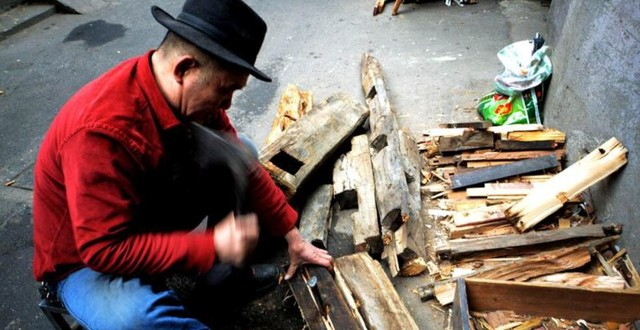 老人城中村锅炉烧开水 3毛钱1瓶10年未涨价