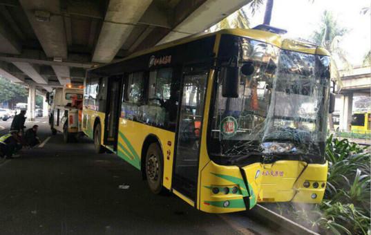 海口公交撞桥墩司机排除酒驾 原因初步查明