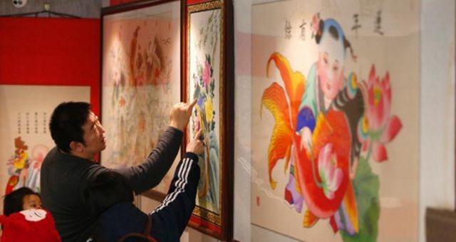 春节将至年画热销 北京市民选购年画