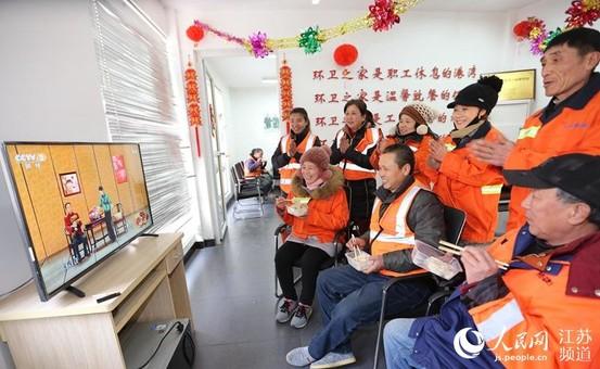 徐州鼓楼环卫工人欢聚一堂吃饺子