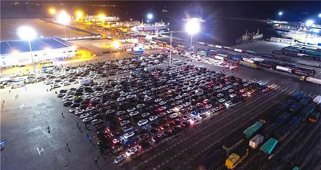 海口三港通航 仍有大量汽车等待过海