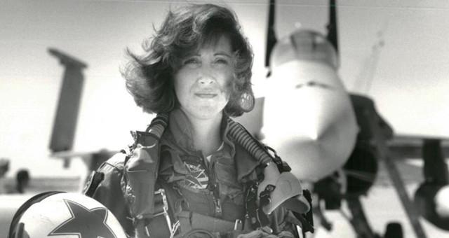女机长遇引擎爆炸冷静迫降 曾是战斗机飞行员