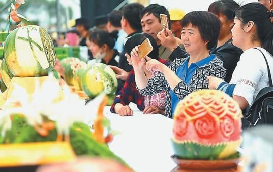 特型西瓜亮相南京江宁横溪西瓜节