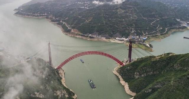 湖北秭归:香溪长江大桥主拱合龙