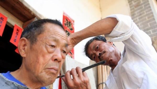 """七旬""""游乡""""理发师 上门理发服务乡邻50余年"""