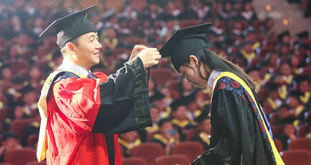 大学校长嘱托毕业生:要自由更要责任