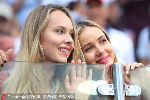 世界杯小组赛精彩纷呈 美女球迷场外抢镜