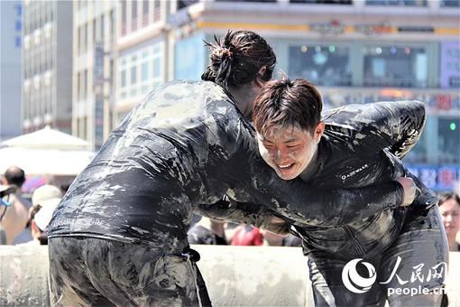 美容泥浆!韩国泥浆节上演夏日泥池狂欢