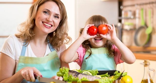 2岁前安全观看,3岁摘菜洗豆 鼓励孩子早进厨房