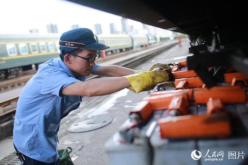 重庆发布高温红色预警 铁路职工战酷暑保暑运