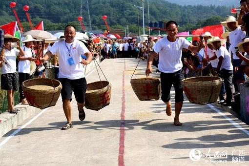 广西全州:农民趣味竞技庆丰收