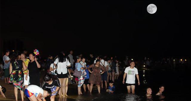 海口中秋夜天气晴好 众多市民海边赏月