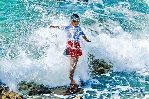 游客在海南度过一个蔚蓝色的国庆假期