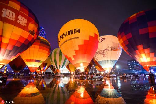 贵州兴义:多彩热气球点亮浪漫夜