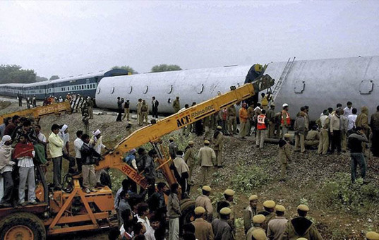 印度火车撞人事故造成至少50人死多人伤