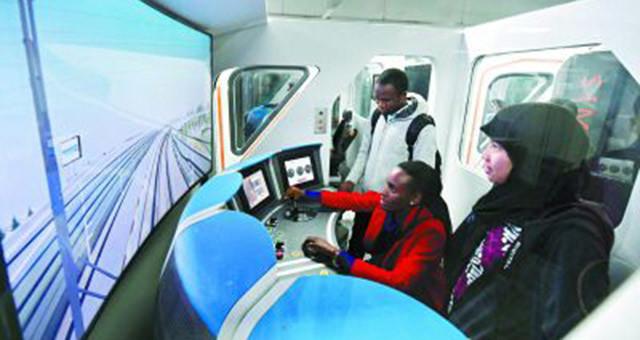 留学生在京体验地铁模拟驾驶