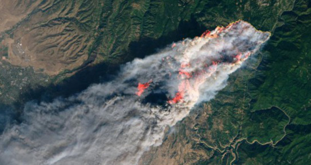 NASA公布加州山火卫星照片 火势向海蔓延