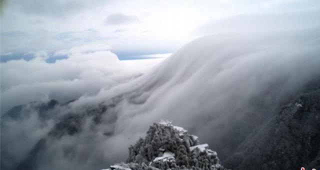 江西庐山雪后现罕见壮观瀑布云