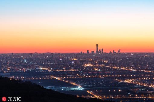 """北京:冬日登高俯瞰暖阳""""唤醒""""城市"""