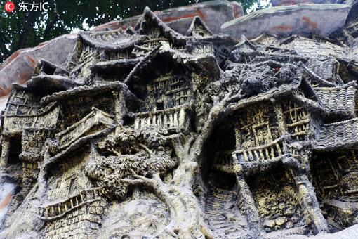 重庆一江湖菜馆建崖顶 四周刻满吊脚楼浮雕