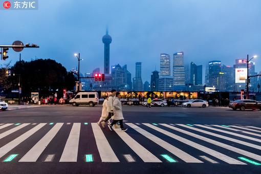 上海人行横道线亮化 助力行人安全