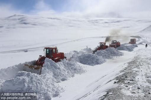 暴雪致新藏线交通中断 武警某部紧急抢通