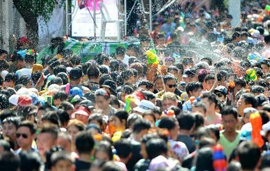 泰国民众泼水庆祝宋干节(组图)