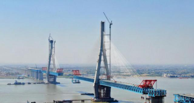 沪通长江大桥最重最大双节段钢梁吊装