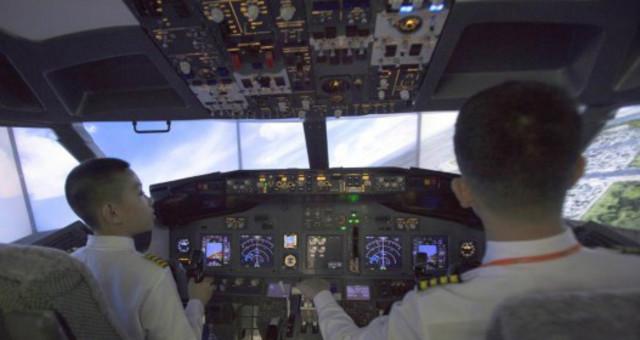 """小学生变身""""飞机驾驶员"""" 体验AR飞行"""