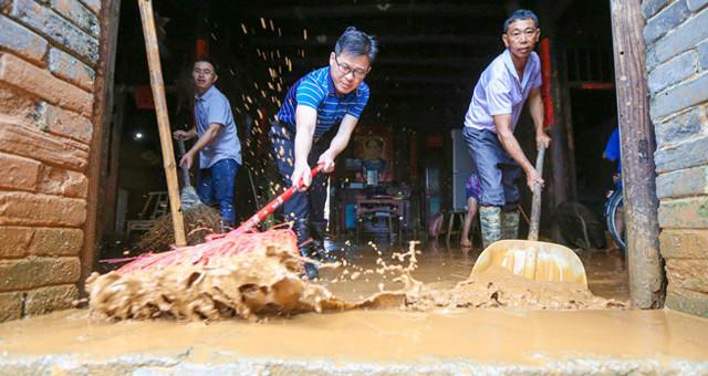 吉安峡江31个村庄发生内涝 村民自救忙