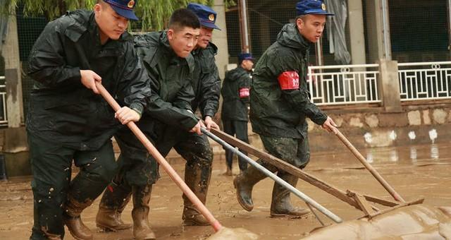 强降雨致福建南平城区淤泥堆积