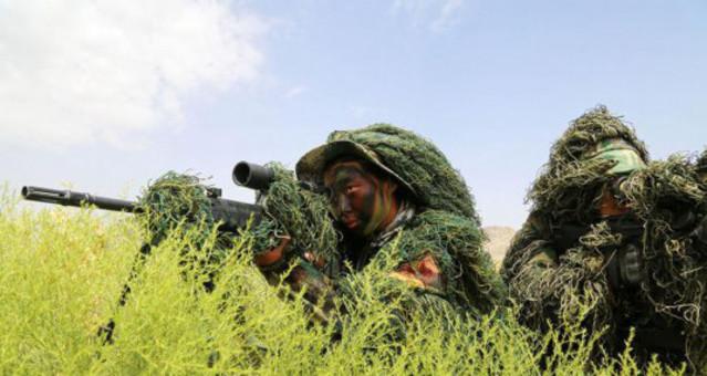 男女狙击手戈壁滩上同训练 巾帼不让须眉