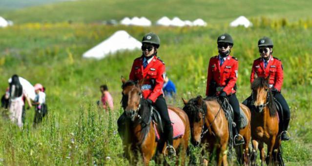 女子骑警队 草原上的靓丽风景
