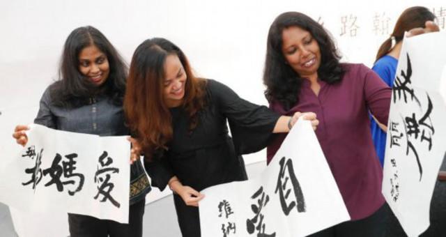 外国友人在中国美术馆体验书法魅力