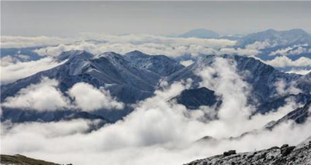 雨后祁连山下巴尔斯雪山云雾缭绕