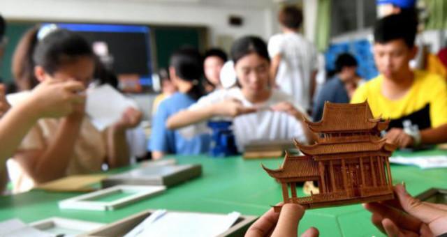 两岸青年体验福州软木画制作