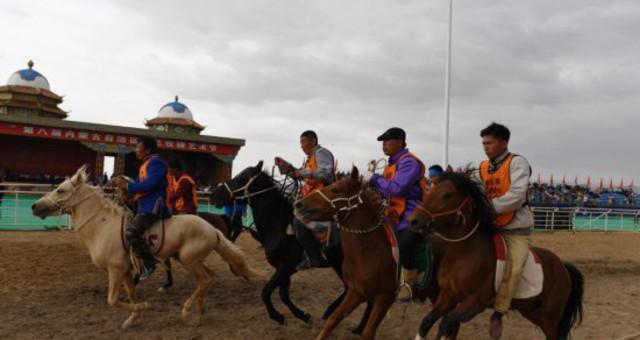 内蒙古阿左旗举办那达慕