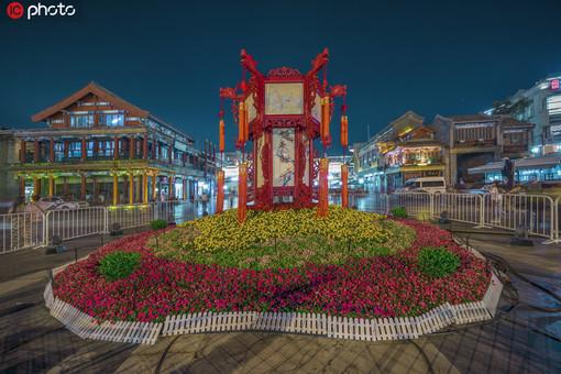 北京前门大街点亮景观灯 节日气氛浓
