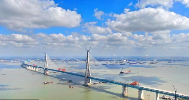 沪通长江大桥实现全桥合龙