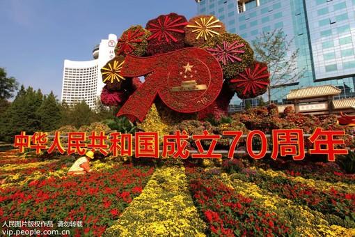 北京:国庆花坛亮相长安街
